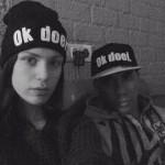 Kelly met een Ok doei..-muts en Sander met een Ok doei. pet (snapback).