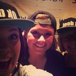 Foto van @fennati op Instagram waar 3 mensen een Ok doei. pet (snapback) dragen